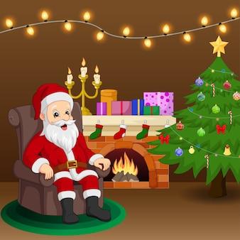 Santa claus zittend in een stoel in de buurt van open haard en kerstboom in de woonkamer