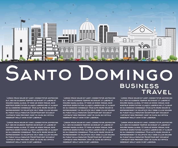 Santo domingo skyline met grijze gebouwen, blauwe lucht en reflecties
