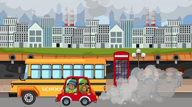 Scène met auto's en fabrieksgebouwen die veel rook maken