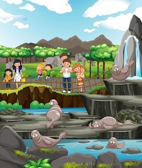 Scène met dieren en mensen in de dierentuin