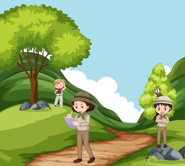 Scène met drie kinderen die aard in het park onderzoeken