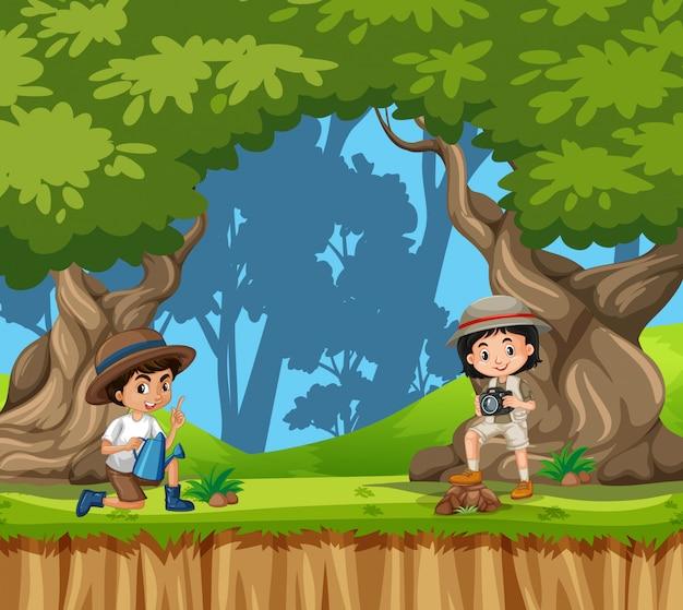 Scène met jongen en meisje in het park