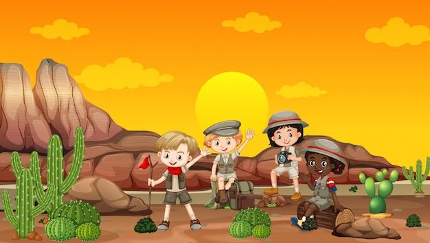 Scène met kinderen die in het woestijngebied kamperen