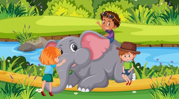 Scène met kinderen en olifant in het park