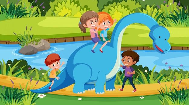 Scène met kinderen rijden dinosaurus in het park