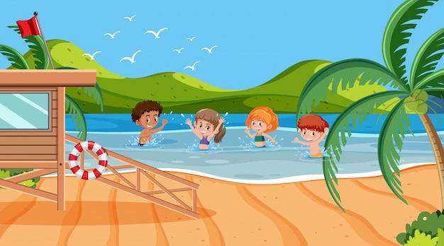 Scène met kinderen zwemmen in de zee