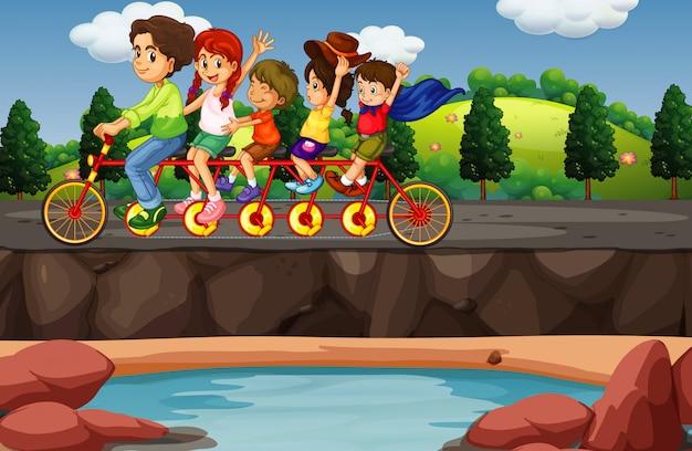 Scène met mensen die op fiets achter elkaar rijden