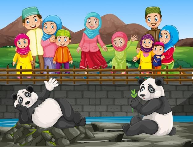 Scène met mensen die panda in de dierentuin bekijken