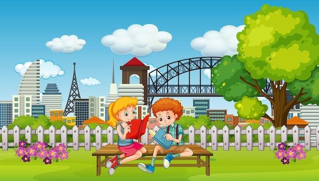 Scène met twee kinderen die een boek lezen in het park