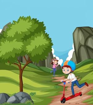 Scène met twee kinderen die in het park spelen