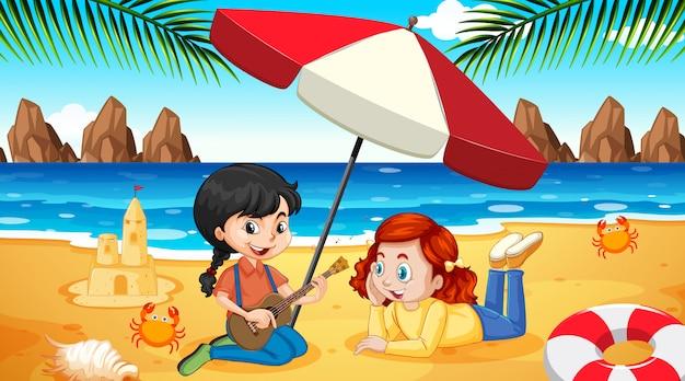 Scène met twee meisjes spelen op het strand