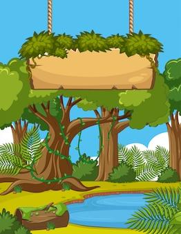 Scène met veel bomen en houten bord in bos