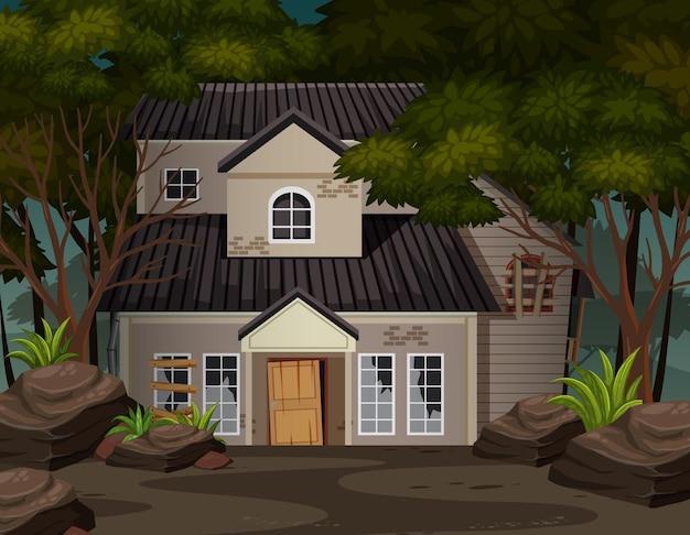 Scène met verlaten huis in het donkere bos