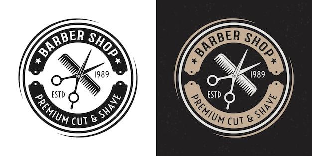 Schaar en haarkam vector twee stijl zwart en gekleurd vintage ronde badge, embleem, label of logo voor kapperszaak op witte en donkere achtergrond