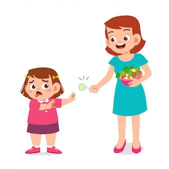 Schattig dik kind weigert gezond vers voedsel
