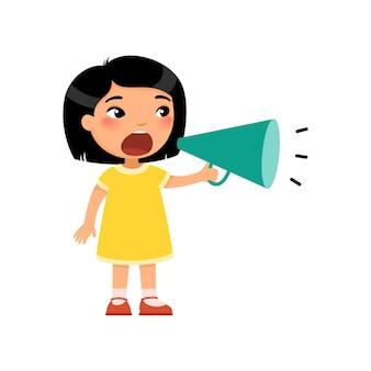 Schattig klein aziatisch meisje schreeuwt in megafoon vervelende peuter die lawaai maakt met luidspreker