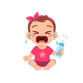 Schattig klein babymeisje huilt met lege melkfles
