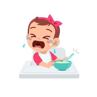 Schattig klein babymeisje verwerpt gezond voedsel