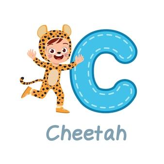 Schattig klein kinderkostuum om alfabet te leren