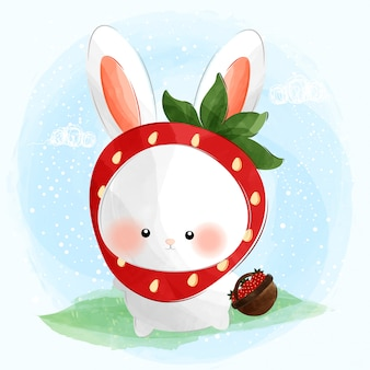 Schattig klein konijntje dat aardbeienkostuum draagt