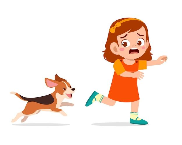 Schattig klein meisje bang omdat achtervolgd door een slechte hond