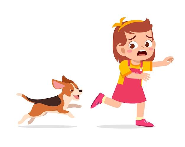 Schattig klein meisje bang omdat ze wordt achtervolgd door een slechte hond