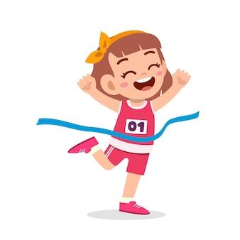 Schattig klein meisje loopt in marathonrace en wint