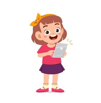 Schattig klein meisje met behulp van smartphone en internet
