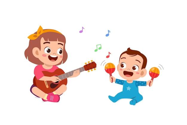 Schattig klein meisje samen spelen met baby broer of zus