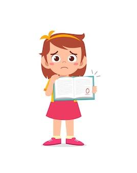 Schattig klein meisje voelt zich verdrietig omdat ze een slecht cijfer krijgt van het examen