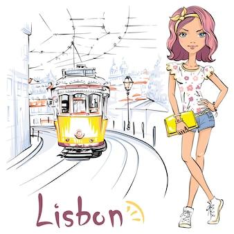 Schattig meisje in t-shirt en korte broek en beroemde vintage gele tram op straat van alfama, de oudste wijk van de oude stad, lissabon, portugal.