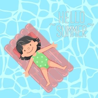 Schattig meisje liggend op drijvend bed hallo zomer