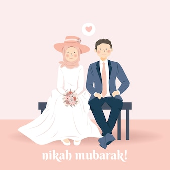 Schattig romantisch moslim bruidspaar zittend op het strand met hun trouwkleding glimlachend