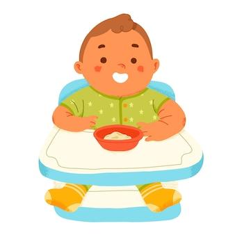 Schattige baby eet aanvullende voedingspuree in kinderstoel