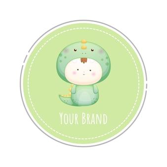Schattige baby in dinosaurus kostuum logo premium vector