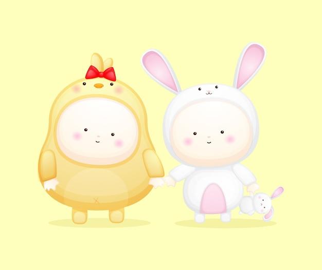 Schattige baby in kuikens en konijnenkostuum. mascotte cartoon afbeelding premium vector
