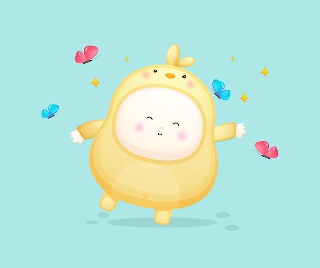 Schattige baby in kuikens kostuum spelen met vlinder. mascotte cartoon afbeelding premium vector
