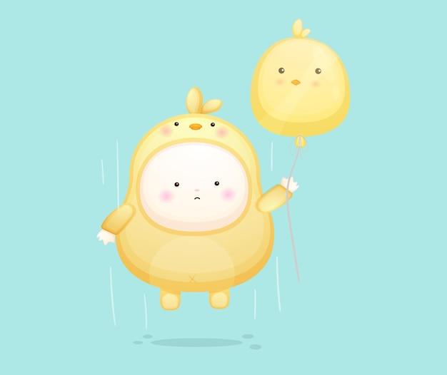 Schattige baby in kuikens kostuum vliegen met ballon. mascotte cartoon afbeelding premium vector
