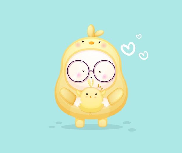 Schattige baby in kuikenskostuum en knuffelende vriend. mascotte cartoon afbeelding premium vector