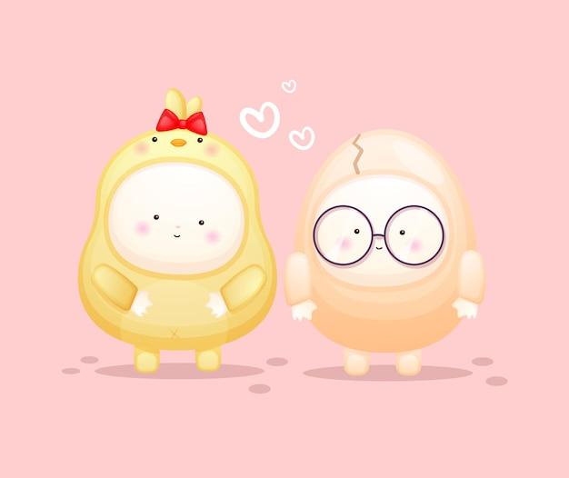Schattige baby in kuikenskostuum met eipaar. mascotte cartoon afbeelding premium vector