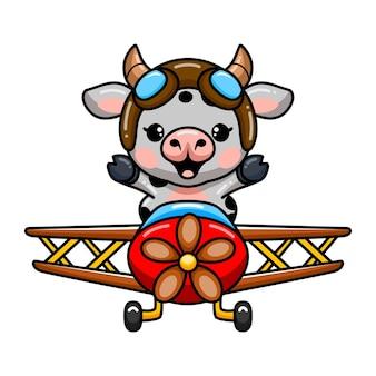 Schattige baby koe cartoon vliegen in een vliegtuig