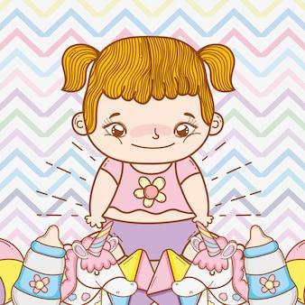 Schattige baby meisje met grappig speelgoed