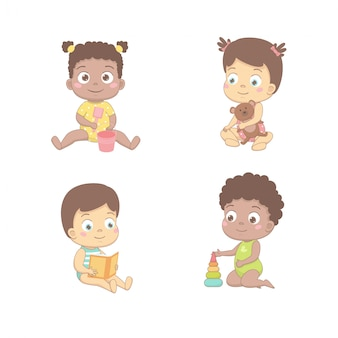 Schattige baby's spelen met een emmer en een schop, een beer, leest een boek, bouwt een piramide.