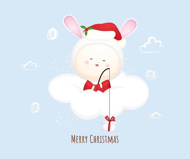 Schattige baby santa op de wolk voor vrolijk kerstfeest. konijn mascotte illustratie premium vector