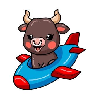 Schattige baby stier cartoon vliegen in het vliegtuig