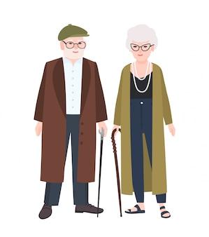 Schattige bejaarde echtpaar of grootouders. paar oude man en vrouw met wandelstokken gekleed in elegante bovenkleding lopen samen.