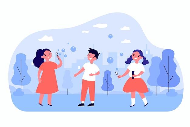 Schattige cartoon kinderen samen buiten zeepbellen blazen. gelukkige jonge geitjes plezier in park platte vectorillustratie. jeugd, buitenactiviteitenconcept voor banner, websiteontwerp of landingswebpagina