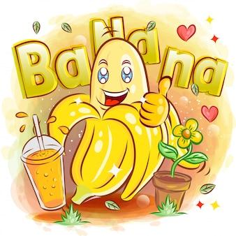 Schattige gele banaan met een glas sap