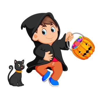 Schattige jongen heks wandelen in zwarte mantel