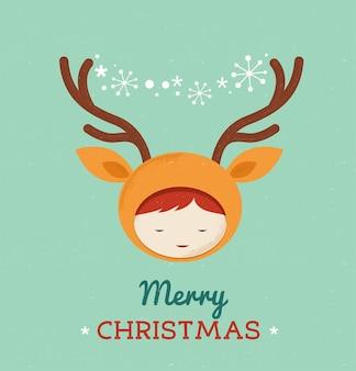 Schattige jongen in een hert kerstkostuum.